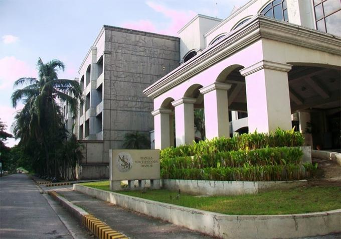 Dù Jen khá gần sân Rizal Memorial, một trong những sân tuyển Việt Nam sẽ thi đấu, nhưng lại cách sân Binan, nơi vừa diễn tra trận Việt Nam gặp Brunei hôm 25/11, lại nằm trên tuyến đường thường xuyên xảy ra kẹt xe. Nên VFF đã đặt thêm phòng khách sạn tại Manila Southwoods Manor để tiện di chuyển khi luyện tập.