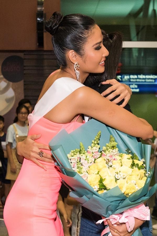 Vì chung kết Miss Universe 2019 và Hoa hậu Hoàn vũ Việt Nam 2019 sát nhau, HHen tiếc nuối không thể sang Mỹ cổ vũ Hoàng Thùy.