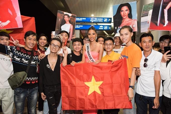 Đông đảo khán giả có mặt ở sân bay động viên tinh thần Hoàng Thùy.