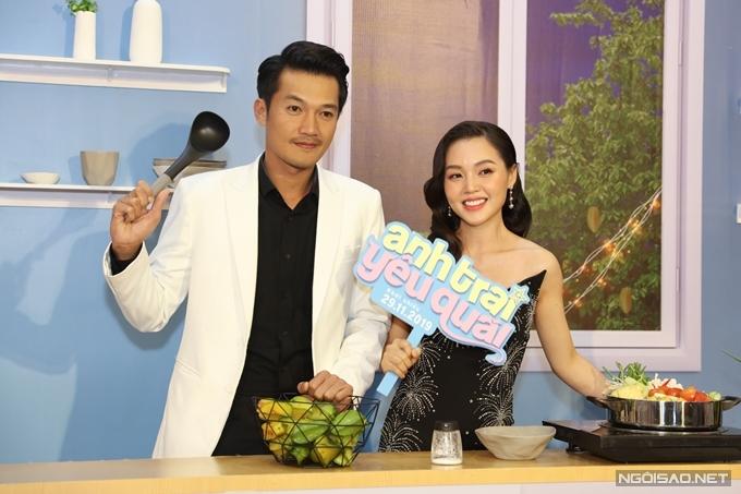 Diễn viên Quang Tuấn đưa bà xã - ca sĩ Linh Phi cùng đi xem phim.