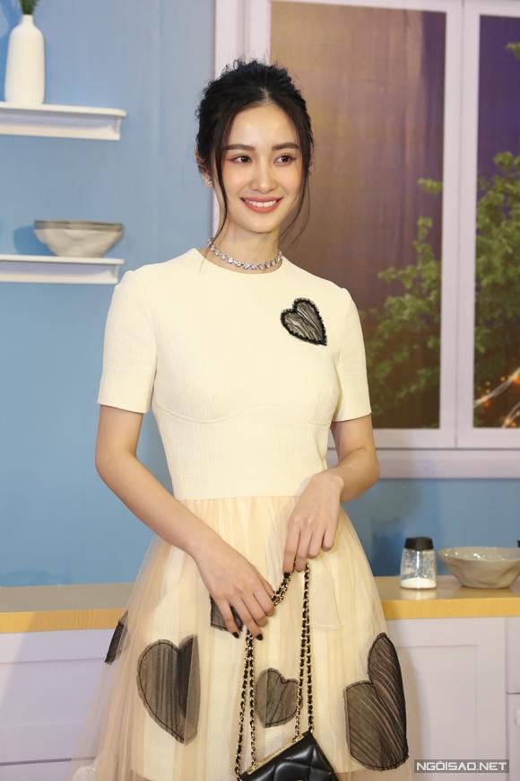 Diễn viên Jun Vũ đến chúc mừng bộ phim thứ ba của đạo diễn Vũ Ngọc Phượng. Người đẹp từng là nàng thơ vào vai chính trong phim đầu tay của anh - 12 chòm sao: Vẽ đường cho yêu chạy.