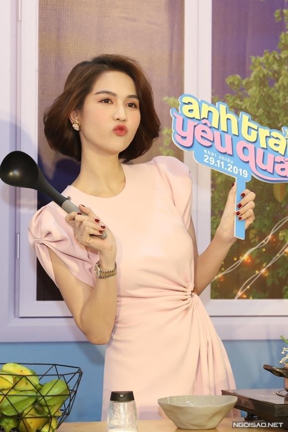 Ngọc Trinh dự ra mắt phim tại TP HCM tối 25/11.