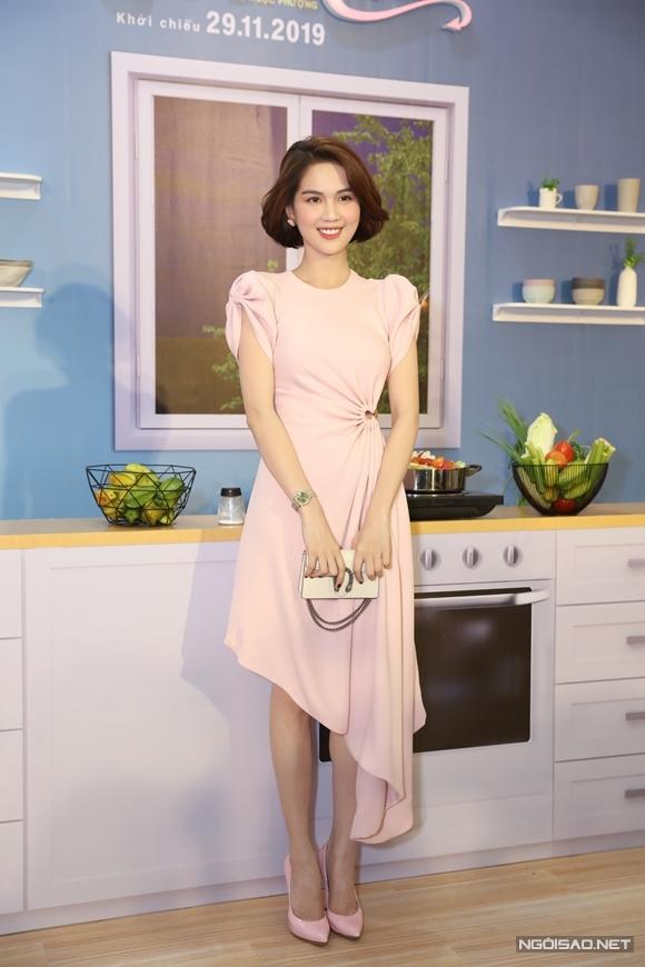 Ngọc Trinh nền nã với kiểu tóc mới và váy, giầy màu hồng pastel. Cô đến chúc mừng vai nữ chính mới của Diệu Nhi. Họ chơi thân sau lần đóng chung phim Vu quy đại náo chiếu hồi đầu năm.