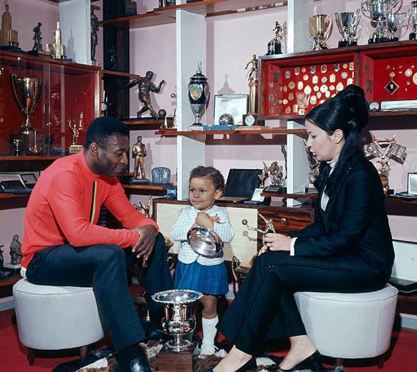 Vua bóng đá và người vợ đầu Rosemeri bên một trong ba người con. Ảnh: The 18.