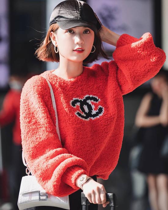 Áo len sắc màu tươi sáng như hồng và đỏ thường được Ngọc Trinh phối cùng jeans skinny, chân váy tông đen.