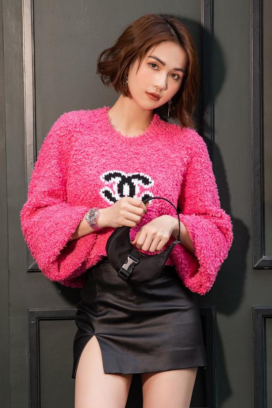 Áo len trang trí logo của Chanel đang là sản phẩm được sao thế giới yêu thích. Ngọc Trinh cũng nhanh tay tậu ngay hai chiếc để mix đồ street style.