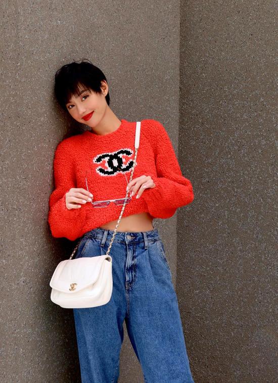 Khánh Linh chọn áo len tông cam hot trend 2019 để mix cùng quần jeans và túi Chanel trắng.