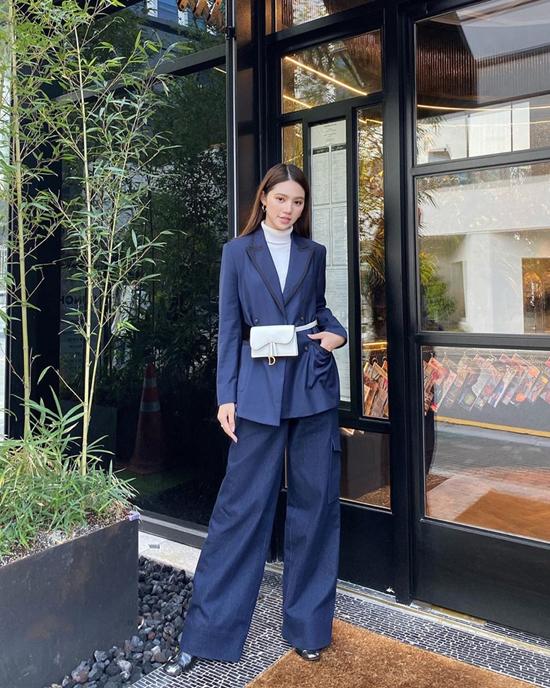 Phong cách street style của Jolie Nguyễn với áo cổ lọ và suit dễ áp dụng cho nhiều chị em văn phòng.