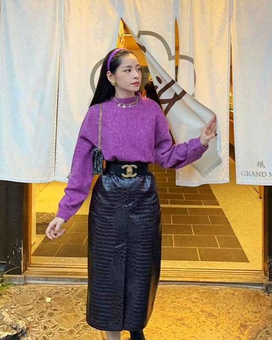 Set đồ của Chi Pu dành cho bạn gái yêu vẻsang trọng và thích ăn mặcđúng xu hướng thu đông với cách phối tông tím nhẹ nhàng cùng chân váy da.