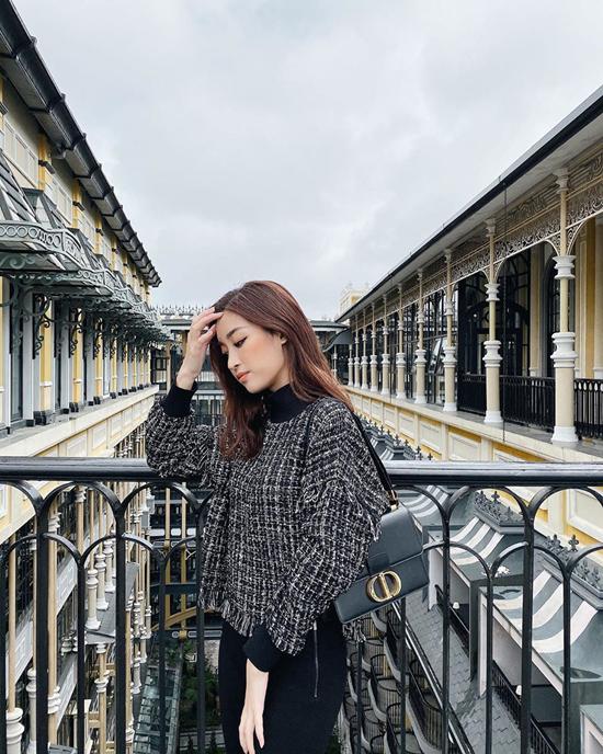 Cùng với áo len, các kiểu áo cổ lọ, áo cao cổ cũng là sản phẩm được Đỗ Mỹ Linh và sao Việt ưa chuộng.