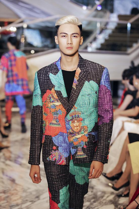 Suit cho những chàng yêu sắc màu rực rỡ với cách bố trí mảng họa tiết tông màu tươi sáng trên tổng thể sắc đen.