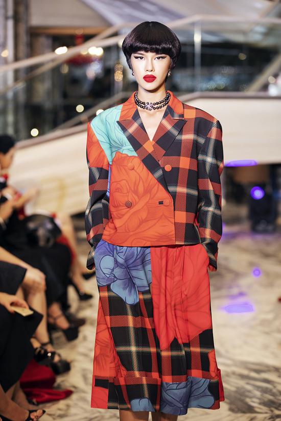 Cùng với váy ôm tôn đường cong theo phong cách cổ điển là các thiết kế váy dáng rộng, suit, vest... mang hơi hướng phong cách hiện đại.