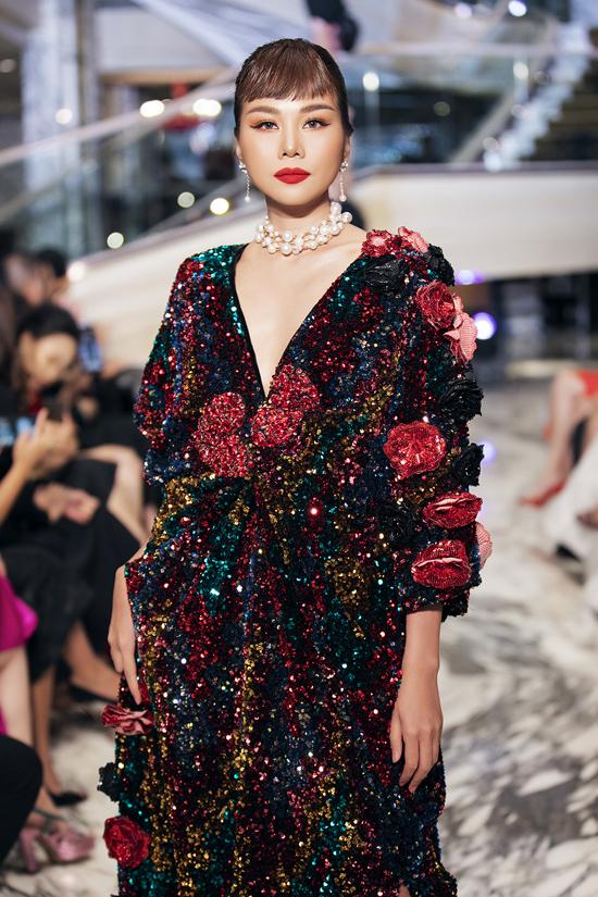 Đầm dạ hội thiết kế trên chất liệu vải sequins ngũ sắc, trang trí hoa 3D được chuẩn bị riêng cho vedette của show Queen of Love.