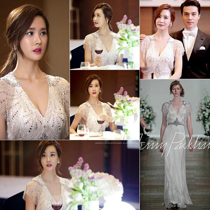 Lee Dahae trong bộ phim Hotel King (Ông hoàng khách sạn)Nhân vật Ah do diễn viên Dahae hóa thân đã xuất hiện rạng rỡ ở một sự kiện của công ty và diện váy cưới của Jenny Packham. Váy được đính cườm bắt sáng ở thân trên, mang dáng sheath, có cổ chữ V xẻ ngực sâu, mang hơi hướng của phong cách bohemian.