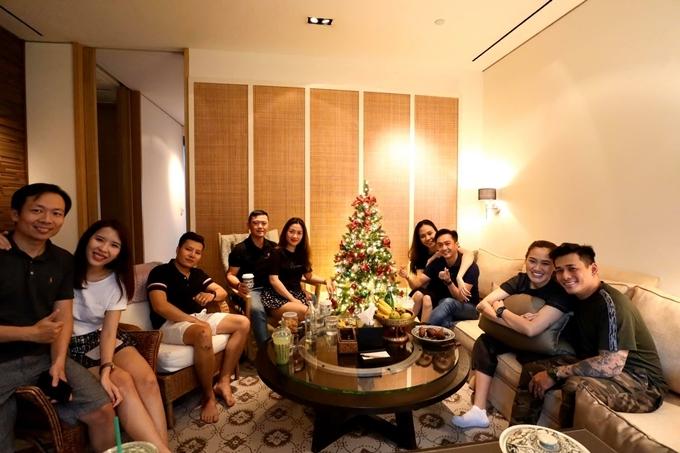 Chuyến đi này, vợ chồng Thu Trang cùng nhóm bạn chọn ở khách sạn 5 sao Grand Hyatt Erawan Bangkok gần Siam, rất tiện để đi chơi. Sắp đến Giáng sinh, khách sạn bắt đầu trang trí cây thông Noel, không khí ấm cúng.