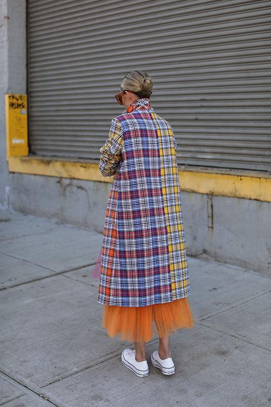 Những mẫu áo măng tô trở nên cuốn hút hơn khi được thể hiện trên các chất liệu vải có khả năng giữ ấm và có sắc màu rực rỡ.