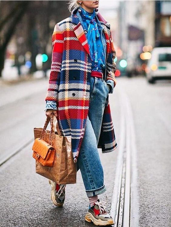 Set đồ dành cho các nàng yêu mặc màu nổi với sự phối hợp của măng tô kẻ sọc caro bản lớn, sơ mi lụa in hoa, jeans và giầy sneaker đế thô.