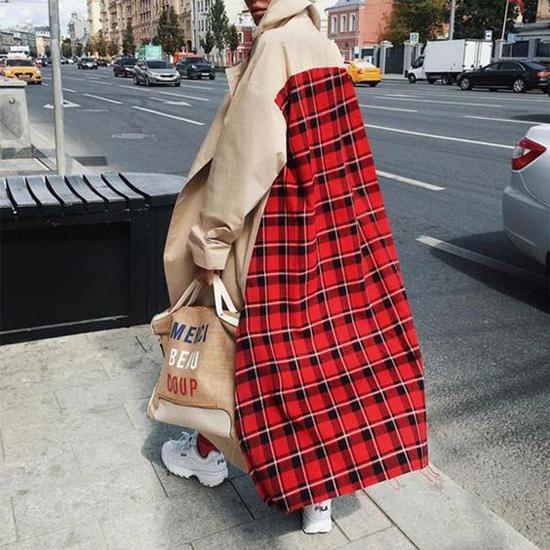 Vải in hoạ tiết caro màu nóng được sử dụng để tạo nên điểm nhấn cuốn hút cho phần lưng áo của các kiểu áo trench coat to bản.