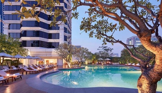 Dù nằm ngay khu sầm uất nhưng Grand Hyatt thiết kế theo kiểu nghỉ dưỡng, tạo cảm giác thoải mái. Khách sạn gồm 44 dãy phòng, 8 nhà hàng, cùng bể bơi, phòng tập thể hình, quán bar... Giá rẻ nhất khoảng 5 triệu đồng/phòng đôi. Mùa cao điểm thường hết phòng sớm.