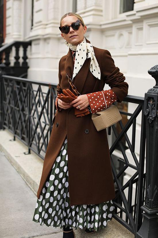 Măng tô vải dạ kiểu dáng cổ điển luôn giữ vững vị thế của mình trong dòng chảy xu hướng thời trang thu đông.