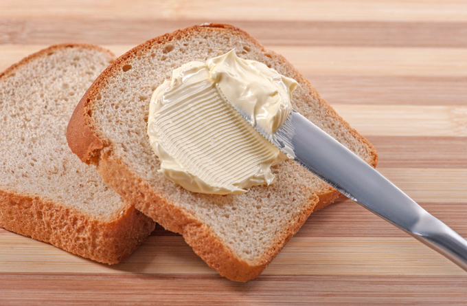 Bơ thực vật Tiêu thụ chất béo chuyển hóa có thể dẫn đến các vấn đề trao đổi chất, huyết áp cao và các bệnh tim mạch. Tỷ lệ chất béo chuyển hóa cao nhất được tìm thấy trong bơ thực vật: chiếm khoảng 15% tổng trọng lượng của sản phẩm. Thực phẩm chất béo trans bị cấm ở Canada, Đan Mạch và Thụy Sĩ. Ngoài ra, ở nhiều quốc gia, có luật hạn chế số lượng được phép trong thực phẩm.