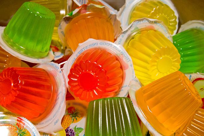 Thạch 4. Kẹo gelatin   Theo ủy ban châu Âu, kẹo gelatin trong cốc nhỏ cực kỳ nguy hiểm đối với trẻ em vì chúng là một mối nguy hiểm nghẹt thở. Những đồ ngọt này cũng có thể chứa konjac, một loại sợi phồng lên khi tiếp xúc với hơi ẩm và có thể bị mắc kẹt trong cổ họng, khiến nó không thể đưa ra thao tác Heimlich. Điều trị này bị cấm ở Châu Âu, Úc và các nước khác.