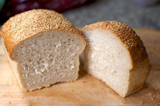Bánh mì Bánh mì có chứa azodicarbonamide (ADA, E927) bị cấm ở Châu Âu và Úc. ADA được sử dụng để làm cho bột trắng và giúp giữ cho sản phẩm tươi lâu hơn. Bổ sung này có thể gây dị ứng và hen suyễn.