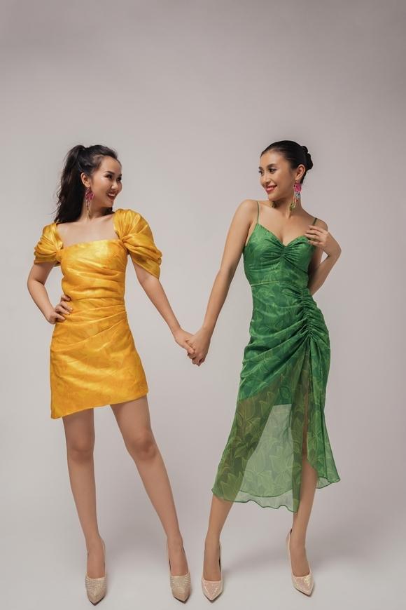 Hai chiếc váy mềm mại như làn gió, tôn lên vẻ điệu đà và nữ tính trong tính cách của nhân vật.