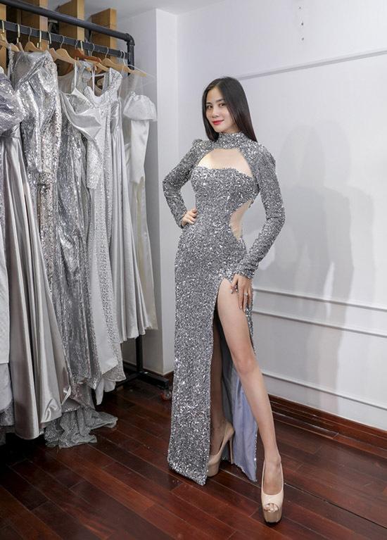 Á hậu sắc đẹp châu Á 2017 Hoàng Hạnh tôn dáng với váy xẻ vạt cao.
