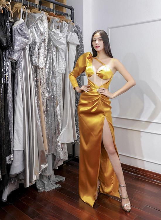 Người đẹp quê Nghệ An ấn tượng với thiết kế gam vàng cắt xẻ táo bạo.