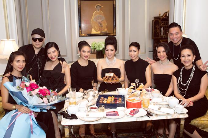 Diễn viên Ngô Thanh Vân, doanh nhân Huy Cận và nhà thiết kế Đỗ Mạnh Cường cũng có mặt trong buổi tiệc tràthân mậttổ chức tại một khách sạn 5 sao ở Sài Gòn. Ngoài Ngô Thanh Vân, các người đẹp còn lại đều nổi tiếng từ thập niên 90.