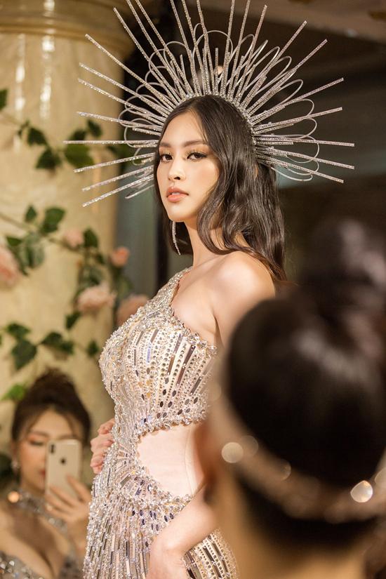 Hoa hậu Việt Nam 2018 diện thiết kế lệch vai,đính kết cầu kỳ, diễn ởvị trí vedette.