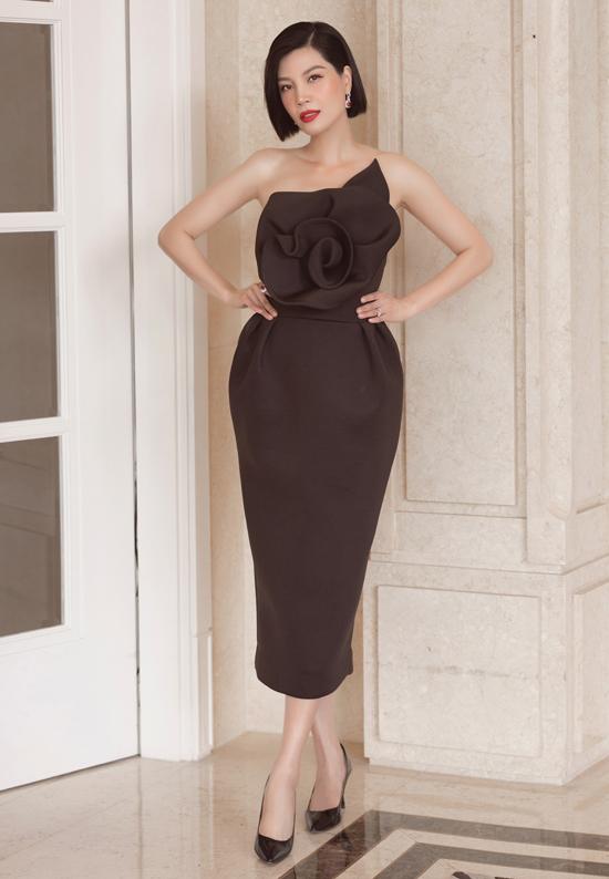 Cựu người mẫu Vũ Cẩm Nhung tự tin khoe vai trần trước ống kính.