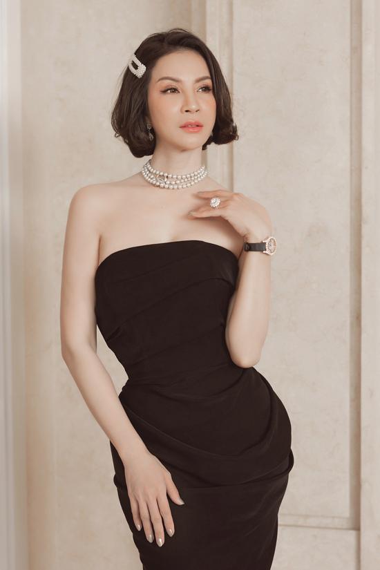 MC Thanh Mai mặc chiếc váy giống hệt trang phục của Giáng My. Cô cũng chọn phụ kiện ngọc trai sang trọng tô điểm cho vẻ ngoài.