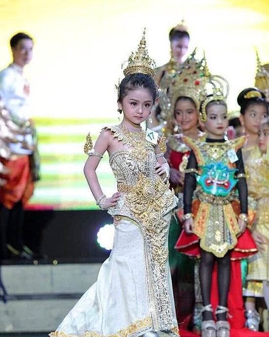 Bé gái trong các phần thi trước đó. Baifern Freya năm nay 6 tuổi. Bé gái sống ở tỉnh  Chumphon, miền nam Thái Lan. Sở hữu chiều cao 120 cm, nặng 20 kg, cô bé có thần thái chuyên nghiệp như một người mẫu thực thụ.