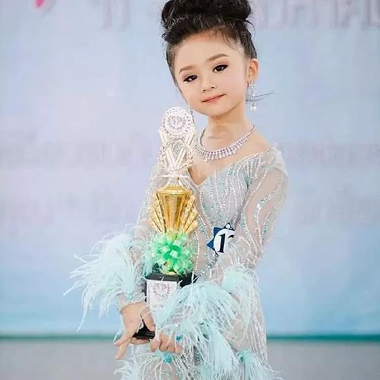 Tân Hoa hậu nhí chụp ảnh sau đăng quang.