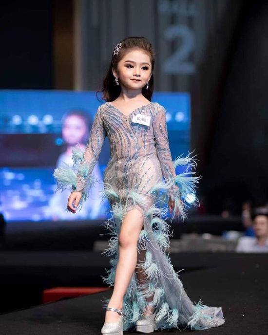 Baifern Freya được nhận xét có khuôn miệng nhỏ chúm chím như trái cherry, chiếc mũi cao thanh tú. Bé gái mặc một chiếc váy xanh đuôi cá rất điệu khi đăng quang. Dường như đã rất quen với ống kính, cô bé 6 tuổi rất tự tin tạo dáng chứ không lúng túng như nhiều bé khác.