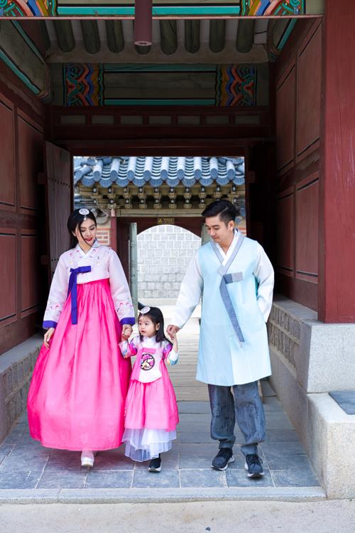 Con gái Vân Trang điệu đà trong bộ hanbok hồng, giống như một tiểu công chúa.