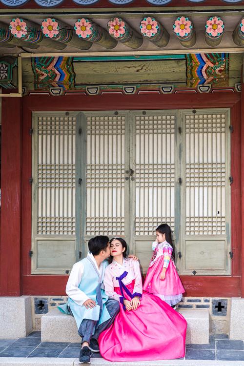 Hữu Quân dành một nụ hôn nhẹ lên má vợ trước mặt bé Queenie.