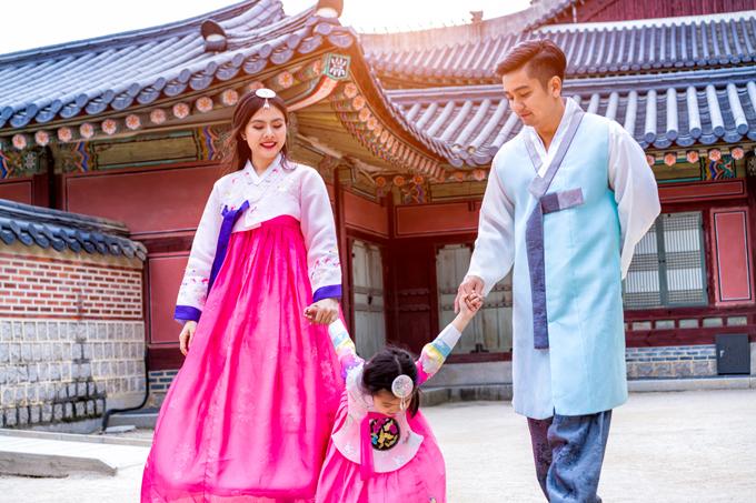 Cung điện nằm ở trung tâm thủ đô Seoul, được sử dụng 5 gam màu chính là xanh, trắng, đen, đỏ, vàng tượng trưng cho ngũ hành. Sự hài hòa về màu sắc tạo nên nét đẹp riêng, vẻ uy nghiêm cho cung điện, giúp du khách có nhiều trải nghiệm đáng nhớ.