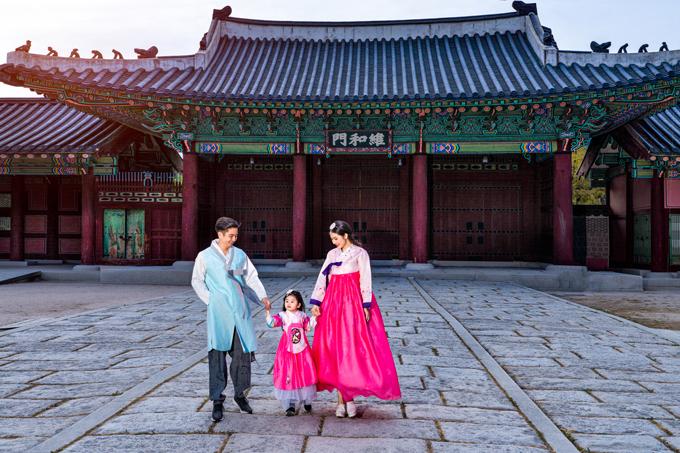 Trong chuyến du lịchtheo lời mời của Tổng Cục Du lịch Hàn Quốc, cả gia đình Vân Trang thích thú diện hanbok, dạo chơi trong Cung Gyongbukgung (Cảnh Phúc).