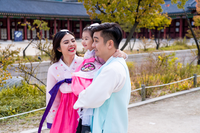 Con gáiQueenie của cặp vợ chồng hào hứng khi được tìm hiểu về cung điện của triều đại Joseon - một thời kỳ hưng thịnh trong quá khứ.