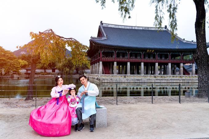 Cung điện này được xây dựng từ năm 1395 dưới thời vua Ji Seong. Sau này, trải qua nhiều cuộc chiến tranh, cung điện bị phá hủy nhiều lần, tới năm 1990, cung được tu sửa, phục dựng theo lối kiến trúc truyền thống xưa kia.