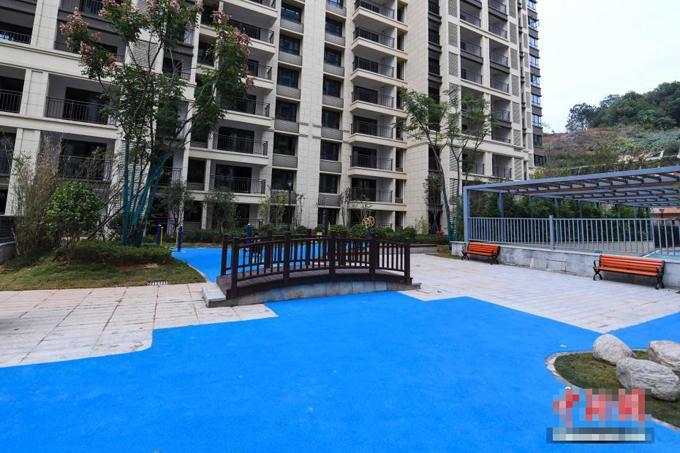 Cầu và tiểu cảnh được bố trí ở hồ nước giả tại khu chung cư Hồ Nam, Trung Quốc. Ảnh: China News.