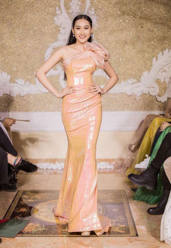 Váy dạ hội dáng đuôi cá giúp tôn tối đa đường cong của người mẫu.