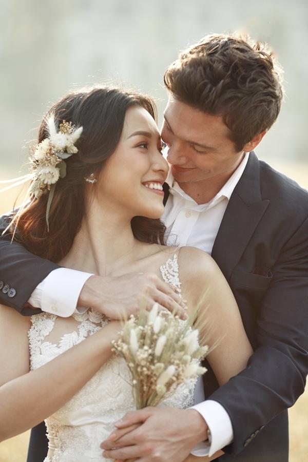 Hoàng Oanh diện váy cưới của nhà thiết kế Trương Thanh Hải - người anh mà cô đồng hành thân thiết suốt nhiều năm hoạt động nghệ thuật.