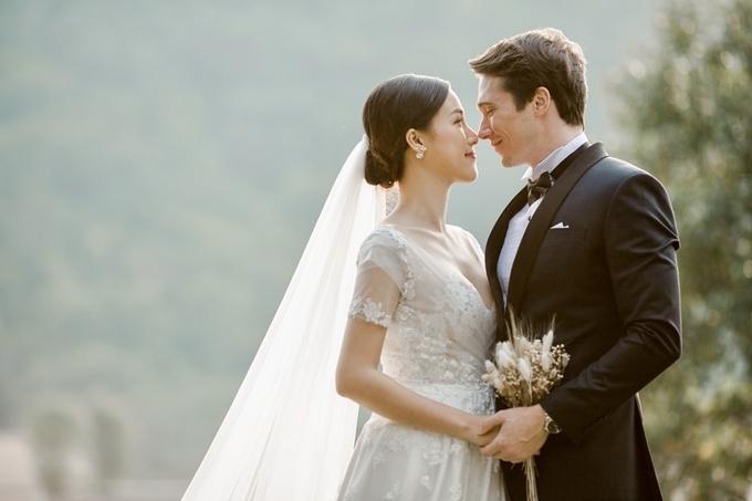 Hôn lễ của cặp đôi diễn ra tại TP HCM vào ngày 1/12. Vì chồng sống xa, một mình Hoàng Oanh tự tay chuẩn bị cho ngày trọng đại.