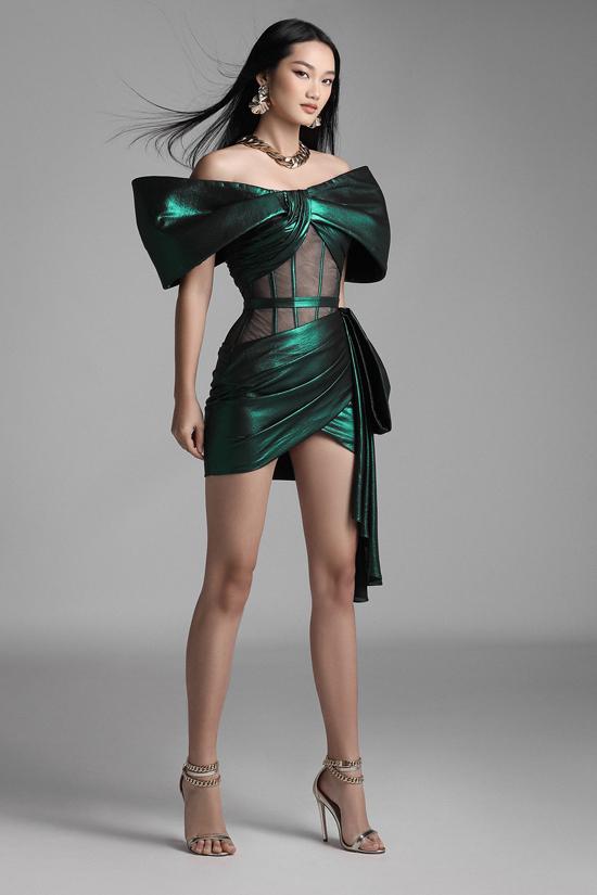 Quỳnh Anh nổi bật với váy ánh kim được tiết kế theo xu hướng váy corset đang làm mưa, làm gió ở xu hướng thời trang mùa mới.