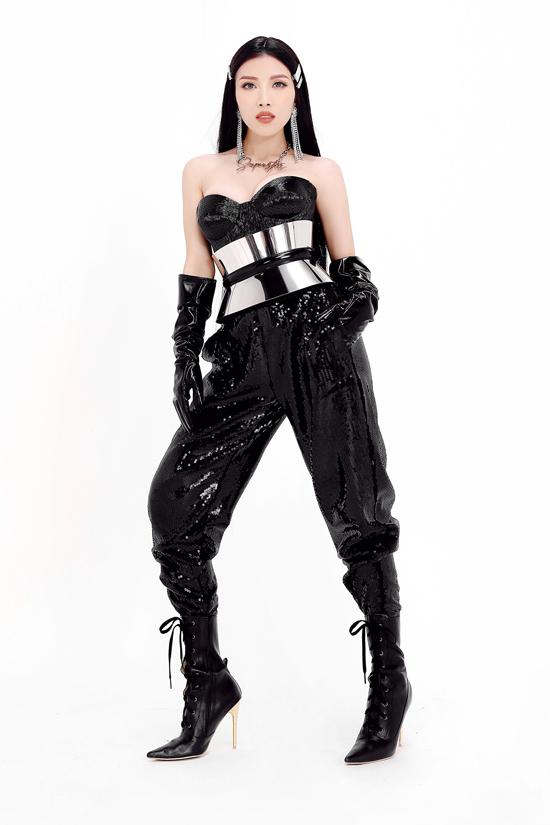 Trang Pháp xuất hiện với phong cách hoàn toàn khác lạ với hình ảnh của cô trước đây. Quần sequins được phối cùng áo corset, belt ánh kim và bốt dây đan.