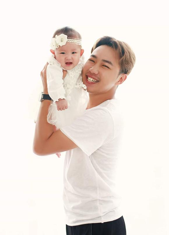 Minh Tít và con gái đầu lòng.